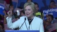 La democrata Hillary Clinton y el republicano Donald Trump se anotaron puntos cruciales en las primarias del supermartes segun las primeras...
