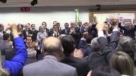 La direccion del partido centrista PMDB decidio este martes por aclamacion romper con la coalicion de la presidenta brasilena Dilma Rousseff privando...