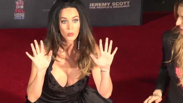 La estrella del pop estadounidense Katy Perry estampo sus manos en el paseo de la Fama de Hollywood junto al disenador de moda Jeremy Scott