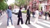 La icOnica foto del album Abbey Road de los Beatles cumple 45 aNos y cientos de admiradores se reunieron en la famosa calle londinense para recrear...