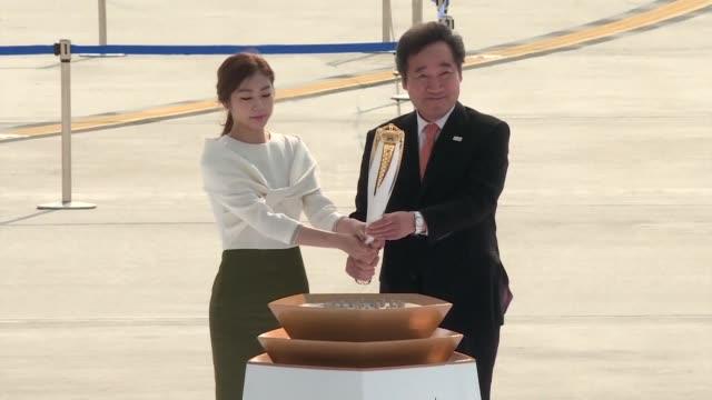 La llama olimpica llego el miercoles a Corea del Sur 100 dias antes de la ceremonia inaugural de los Juegos Olimpicos de invierno de Pyeongchang
