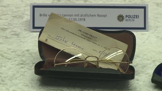 La policia alemana informo el martes que los mas de 100 objetos personales de John Lennon recuperados en Berlin fueron robados a la viuda del musico...
