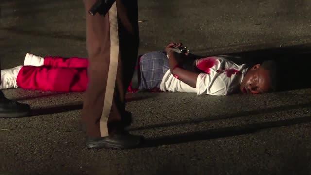 La policia hirio gravemente a un hombre que les disparo tras una marcha en Ferguson donde el domingo se conmemoro el primer aniversario de la muerte...
