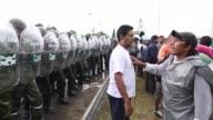 La policia militarizada desalojo este martes el ingreso al principal aeropuerto argentino bloqueado parcialmente por un reclamo sindical