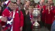La seleccion chilena llega triunfante a La Moneda donde la presidenta Michelle Bachelet una gran seguidora de este deporte celebro junto al equipo...
