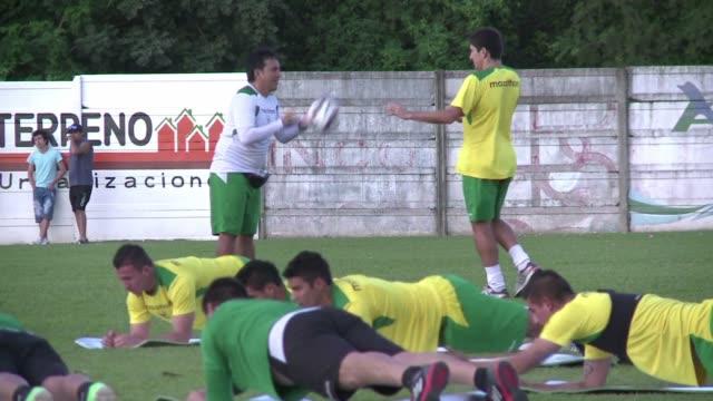 La seleccion de futbol boliviana comenzo este martes sus entrenamientos para encarar dos partidos amistosos ante Venezuela y Argentina previos a la...