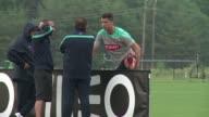 La seleccion portuguesa entrena en Estados Unidos para Brasil 2014 preocupada por su estrella Cristiano Ronaldo que tiene una lesion muscular y...