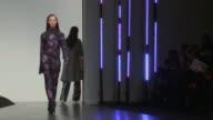 La semana de la moda de Londres se caracteriza por la vanguardia y muchas veces por la exageracion pero tambien hay lugar para el minimalismo VOICED...