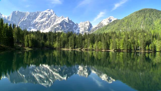 WS Veduta aerea sul lago con sfondo di montagna