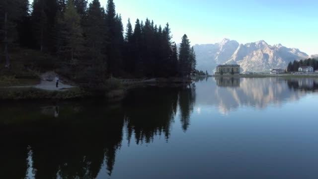 Antenne-See mit Berg im Hintergrund