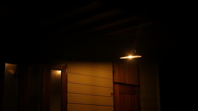 Lampe Schwung in the dark