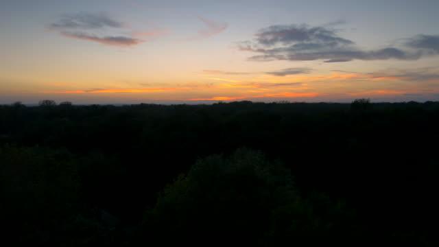 Luftaufnahme der Landschaft in der Abenddämmerung