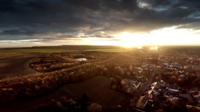 LUFTAUFNAHME:  Landschaft in Deutschland mit Stadt