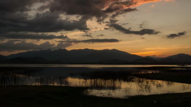 Landschaft Timelapse der schönen Sonnenuntergang Himmel über dem See