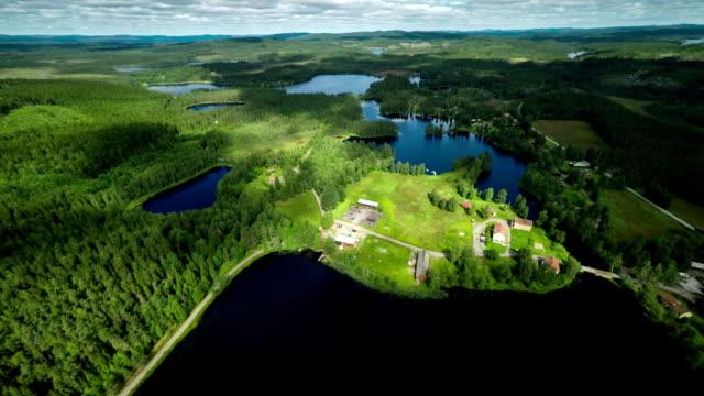 ANTENNE: Landschap met meren in Zweden