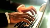 Laptop-Tastatur tippen.