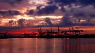 Große Frachtschiff im Hafen auf laden Zeitraffer