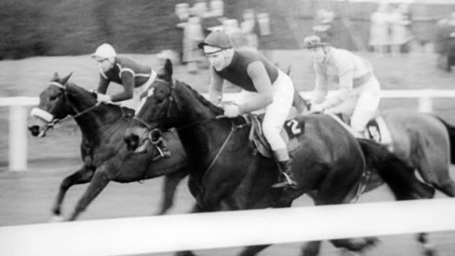 Large crowd at Aintree race course in England / CU Queen Elizabeth and Princess Margaret / trainers walking horses around / race begins to crowd...