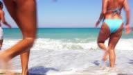 Große Gruppe von Freunden glücklich Laufen ins Meer.