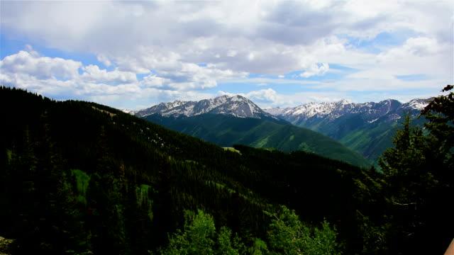 Große, breite Winkel von Aspen Snowmass Wilderness National Forest Land Zeitraffer von Epic Elk Mountain Valley oben Aspen Ski Resort