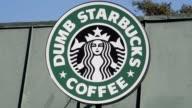 Las autoridades clausuraron una cafeteria en Los Angeles llamada Dumb Starbucks que parodia a la famosa cadena estadounidense ofreciendo productos...