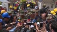 Las autoridades mexicanas negaron el jueves que haya una nina atrapada con vida bajo los escombros de una escuela que se desplomo por el terremoto de...