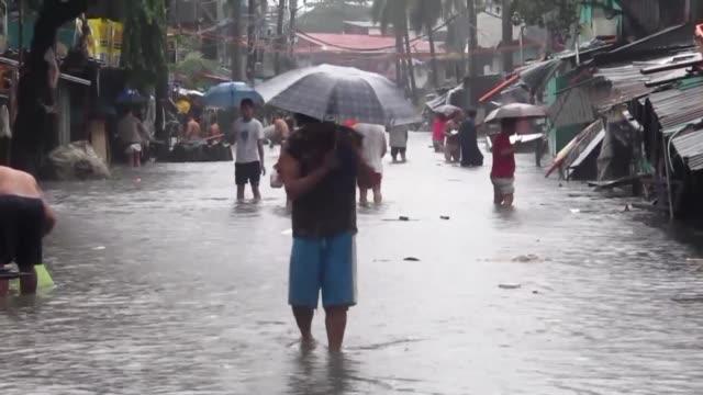 Las inundaciones provocadas por las torrenciales lluvias dejaron en Manila cerca de dos millones de damnificados que necesitan alimentos y ayuda...