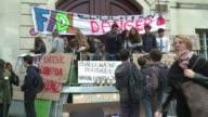Las manifestaciones contra la deportacion a Kosovo de una estudiante gitana junto a toda su familia se extendieron este viernes por toda Francia...