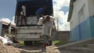 Las primeras donaciones de alimentos llegaron el miercoles a Haiti arrasada por el huracan Matthew aunque los suministros estaban lejos de satisfacer...