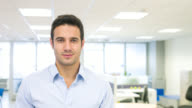 Lateinamerikanischer Geschäftsmann im Büro
