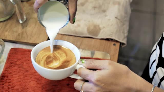 Latte art, Milch Gießen von einem Barista, Slowmotion