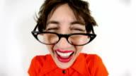 Lachen aufdringliche, unangenehme Geek-Frau