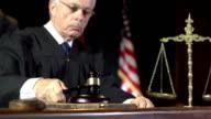 Law Richter mit Hammer in Super-Zeitlupe Court