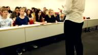 HD CRANE: Dozent im Gespräch mit Studenten im University – parlamentarische Bestuhlung