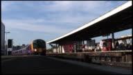 HD: Hinter sich: Passagier, den Pendlerzug Pässe London Station