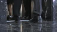 LD benen van zakelijke mensen zoals ze zijn het invoeren van de lift