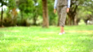 Beine Junge Frau zu Fuß in den park