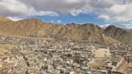 Leh stad met berg leh ladakh india