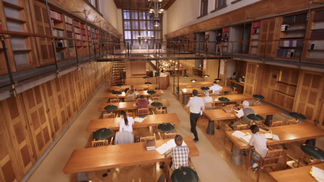 Drukke leeszaal van de bibliotheek van CS