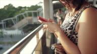 Leben mit smartphone in der Hauptstadt