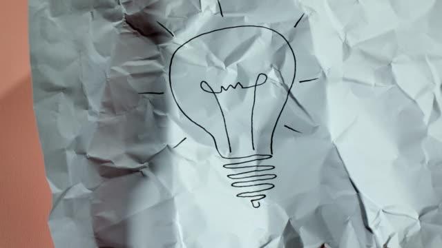Glühbirne zeichnen Papier ball unwrapping