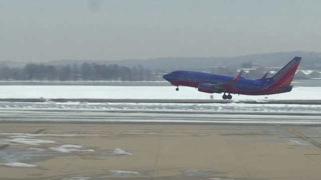 Limited flight operations resume from Washingtons Reagan National and Dulles International airports a day after officials battled in New York to get...