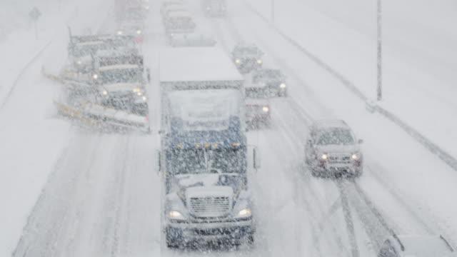 Lijn van voertuigen sjokkende door de Winter Storm