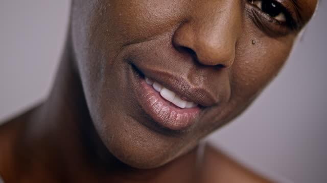 Lippen van een lachende Afro-Amerikaanse vrouw