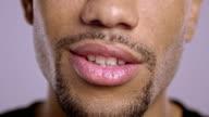 Lippen einer jungen afroamerikanischen männlichen sprechen