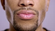 Lippen einer jungen afroamerikanischen Männlichen