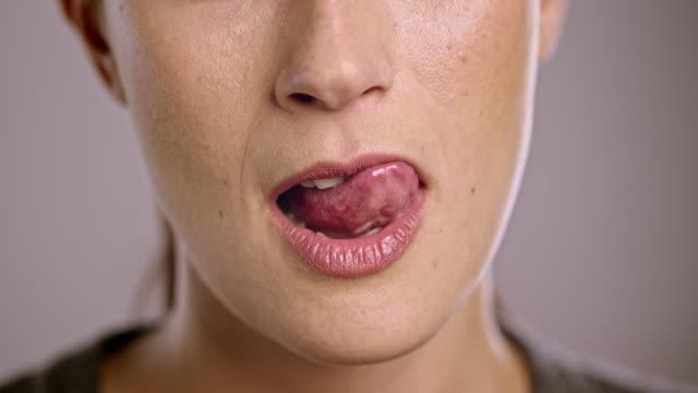 Lippen eines jungen kaukasischen Frau Flirten