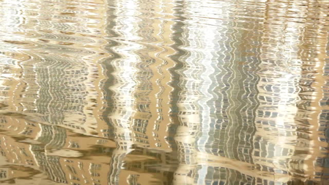 Liquid Bild.   Dynamisches Spiegelbild im Wasser Wellen.