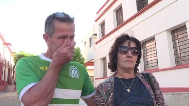 Listones negros en los monumentos y escuelas cerradas la pequena ciudad de Chapeco llora el accidente aereo que acabo con sus suenos y la vida de los...