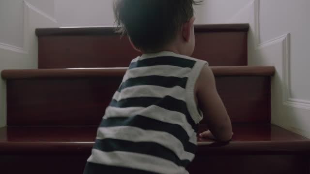 Kleinen (12 Monate) jungen klettern die Treppe hinauf